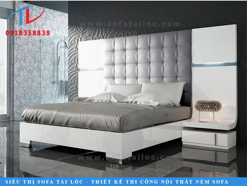Tấm ốp vách phòng ngủ đẹp bọc bằng vải màu xám đem đến nét đẹp hiện đại cho phòng ốc, khiến chiếc giường phát huy công năng của mình.