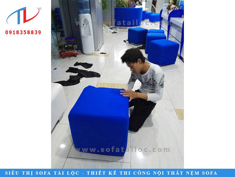 Thi công ghế sofa, đóng mới bàn ghế sofa và nệm ốp vách là thế mạnh của Tài Lộc.