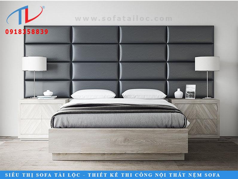 Một không gian phòng ngủ được trang hoàng bằng tông trắng - xám - đen sẽ càng thêm thu hút nếu được tô điểm bằng một tấm vách tường theo phong cách 3D được lắp ráp bằng 16 khối hình chữ nhật có kích thước bằng nhau và được bọc bằng simili màu đen thu hút. Đặt chiếc giường ngay dưới tấm ốp tường, đây chính là một cách hay để bạn sở hữu chiếc vách đầu giường sang chảnh và cuốn hút.
