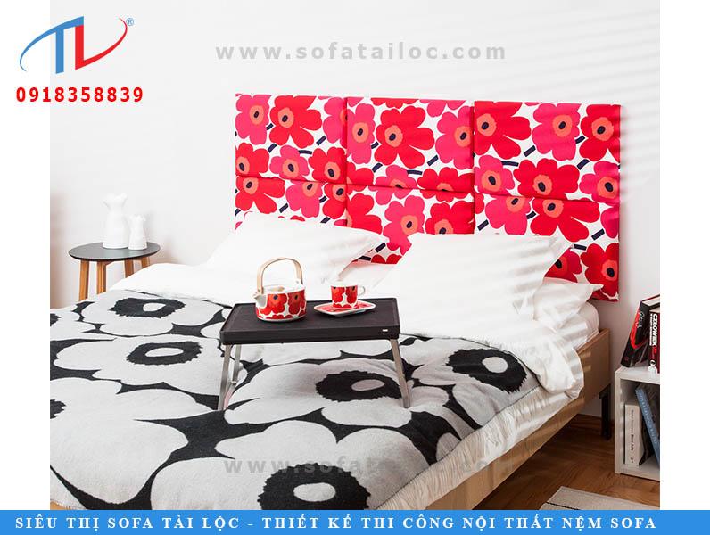 Những cánh hoa đỏ rực từ tấm vải bọc nệm ốp tường đã giúp bạn có một ý tưởng thiết kế phòng ngủ cho bé cực xinh từ nệm ốp tường. Các gam màu nóng làm tăng sự tò mò và góp phần tiếp thêm năng lượng cho trẻ.