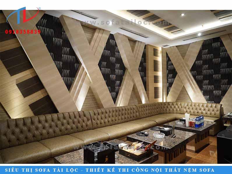 Đây là một phòng karaoke lớn, được trang trí theo phong cách sang trọng. Với tông kem vàng lịch lãm được bấm lỗ rút nút cầu kỳ, bạn sẽ sở hữu cho mình không gian quán cực kỳ sang trọng.