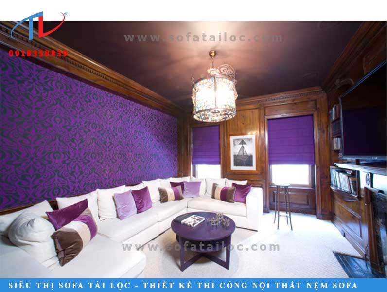 Một mẫu bàn ghế karaoke đẹp với tông màu trắng được hòa quyện trong một không gian màu tím lịch lãm, phối cũng những chiếc gối trắng, tím nhạt, tím đậm tinh tế. Bạn đã bao giờ từng nghĩ đến phong cách như thế này hay chưa. Nếu giữ nguyên bộ ghế trắng và thay màu sơn tường bằng một màu mà bạn yêu thích như đỏ, xanh lá, ... Cách trang trí này vô cùng đơn giản mà ấn tượng đó nhé!