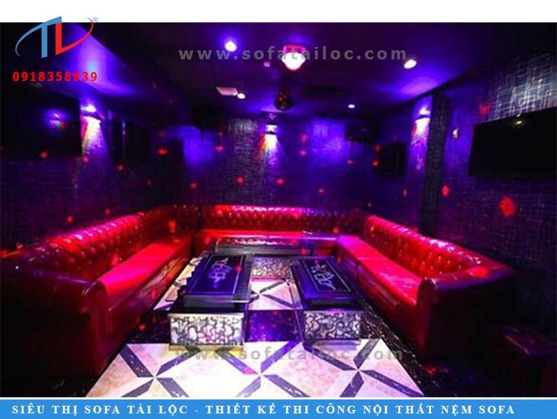 Một mẫu bàn ghế phòng karaoke đẹp sẽ hoàn hảo hơn nếu được đặt trong một căn phòng được trang trí hút mắt.