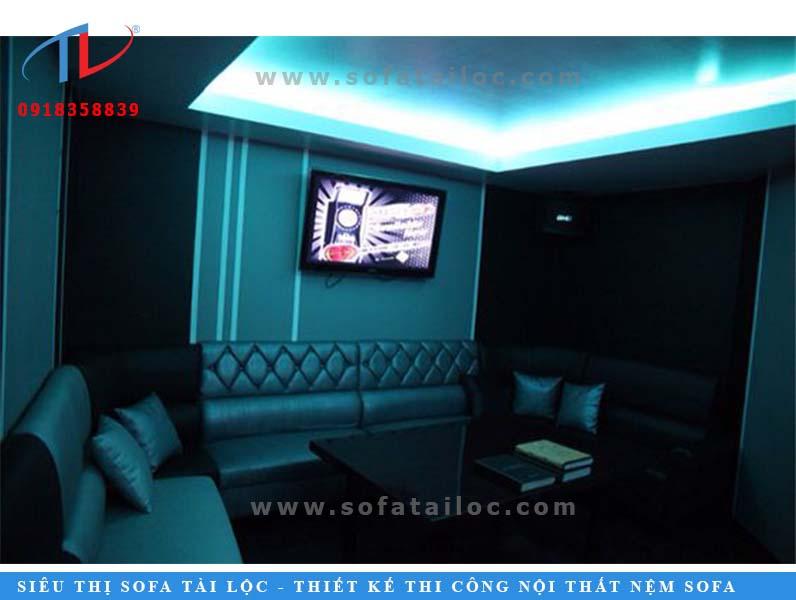 Mẫu bàn ghế sofa karaoke đẹp cuốn hút với tông màu xanh ngọc theo hơi hướng đen đầy mê hoặc.