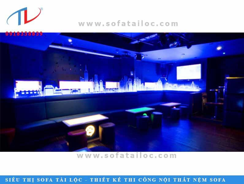Bên cạnh các tông tím, những mẫu ghế băng dài cho quán karaoke với tông màu xanh nước biển có hơi hướng neon luôn là sự lựa chọn của nhiều người hiện nay.