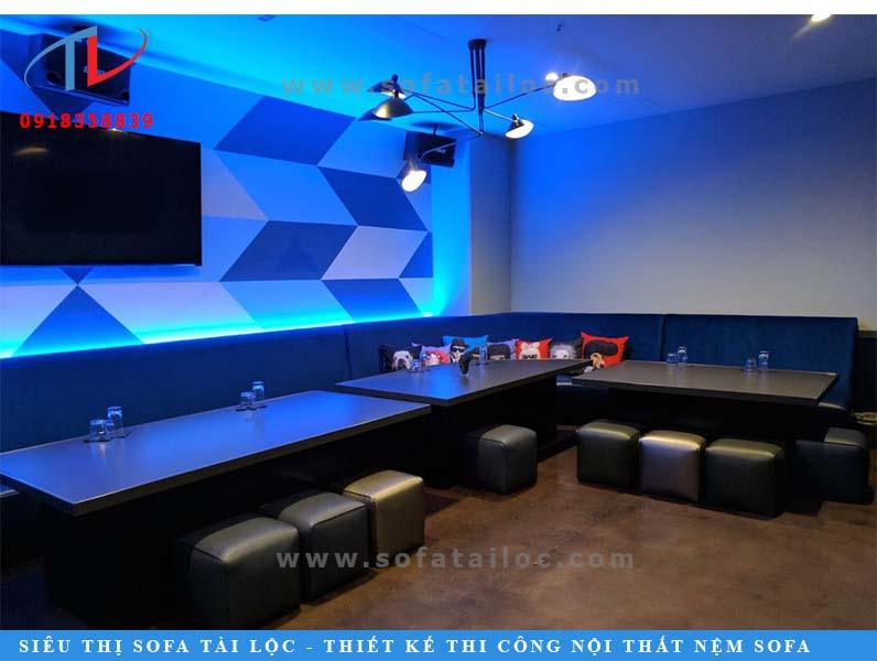 Ghế ngồi phòng karaoke phối tông màu đen - xanh đem lại cảm giác nhẹ nhàng, thanh tao.