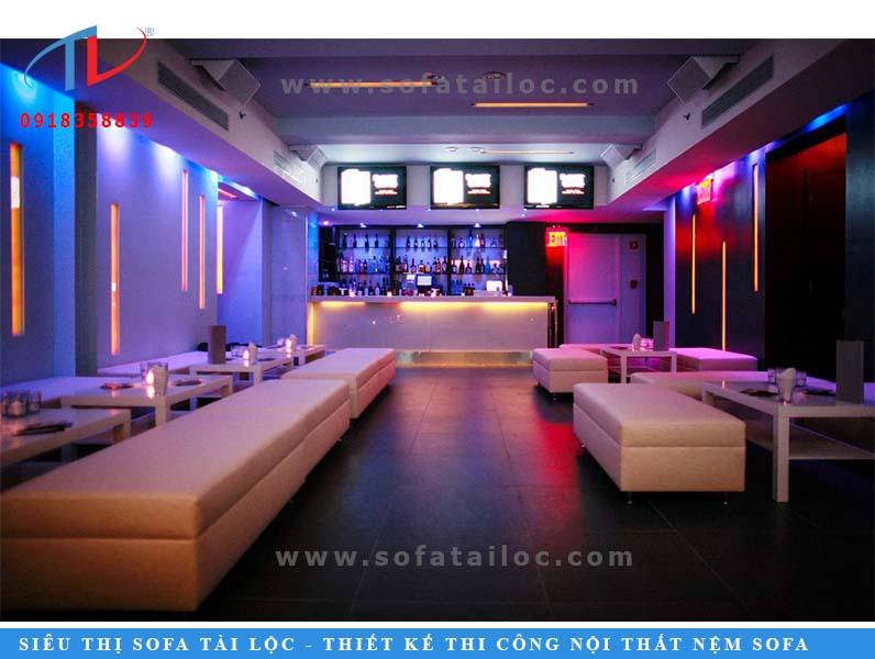 Màu trắng kem thể hiện tốt nhất sự thanh lịch và tinh tế trong căn phòng quán karaoke.