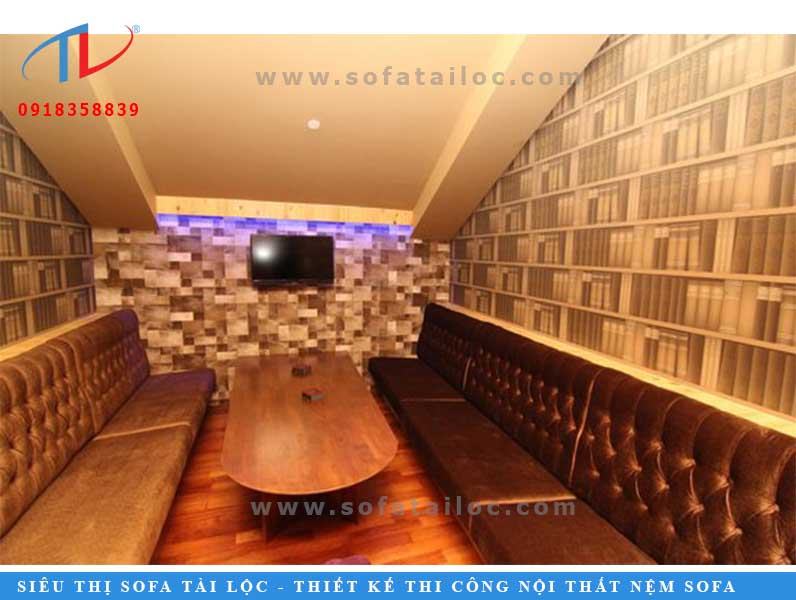 Ghế sofa phòng karaoke màu nâu vàng bắt mắt được rút nút phần tựa vô cùng sang trọng.