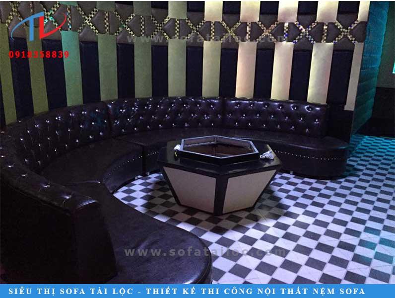 Ghế sofa phòng karaoke màu đen rút nút được bo thành hình tròn theo thiết kế không gian của căn phòng.