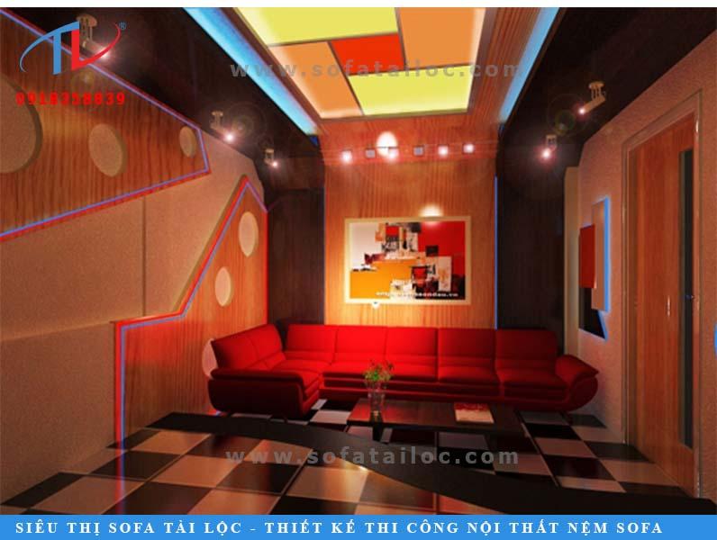 Mẫu ghế màu đỏ được bài trí trong căn phòng tông màu nóng đem lại cảm giác ấm áp, xua bớt cái lạnh từ máy lạnh khi ngồi lâu.