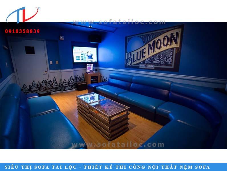 Bàn ghế karaoke hình chữ U bọc simili màu xanh tinh tế cuốn hút.