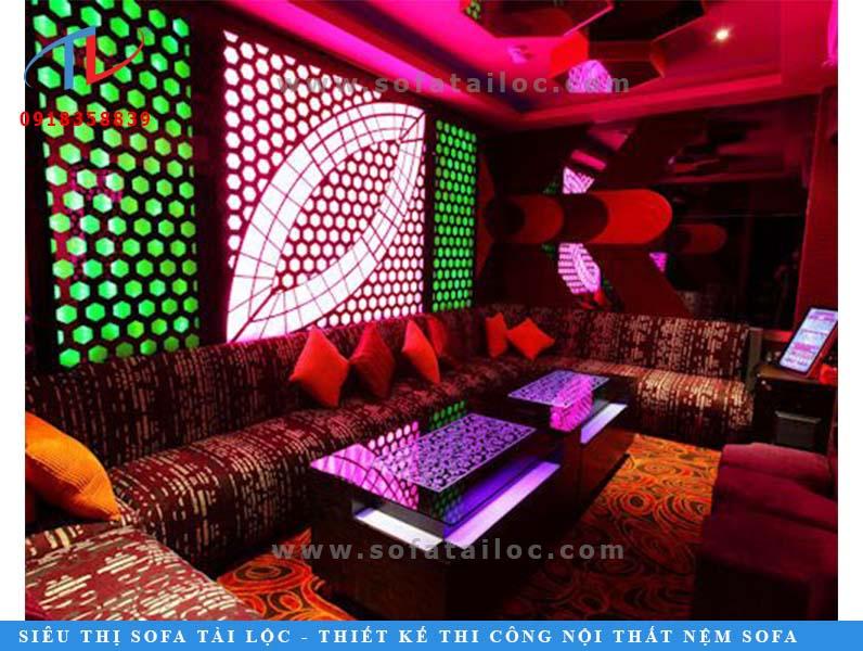 Mẫu bàn ghế karaoke bằng vải hoa văn đẹp đem lại sự thoải mái, mềm mại cho người ngồi.