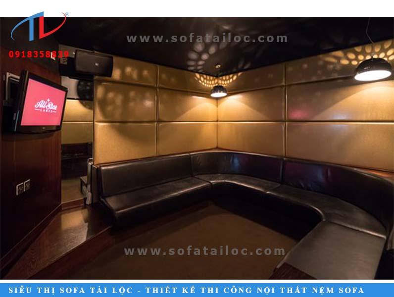 Mẫu sofa karaoke chữ U được bài trí gọn trong không gian, trang trí thêm bằng nệm ốp tường để cách âm và tạo độ êm ái.