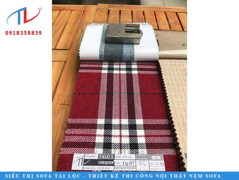 Mẫu đầu tiên là mẫu vải sofa hoa văn kẻ sọc đen đỏ tươi mới và rực rỡ, nhưng cũng không kém phàn nền nã tinh tế. Khoác nó lên bộ ghế sofa của bạnvà cùng cảm nhận nào.
