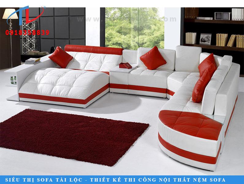 Hầu hết mọi người một chút trong khi sử dụng màu đỏ trong phòng khách của họ. Nhưng nếu bạn yêu thích màu đỏ, đây là một chiếc ghế sofa sẽ phù hợp với yêu cầu của bạn. Ghế sofa hình chữ U màu sang trọng với màu đỏ tối giản chỉ đơn giản là tuyệt vời. Giường đi kèm cho hai người và một chiếc bàn nhỏ cũng bổ sung cho yếu tố chức năng. Đội thiết kế nội thất của Futomic cho biết, ghế sofa trông tuyệt vời trong một phòng khách hiện đạ