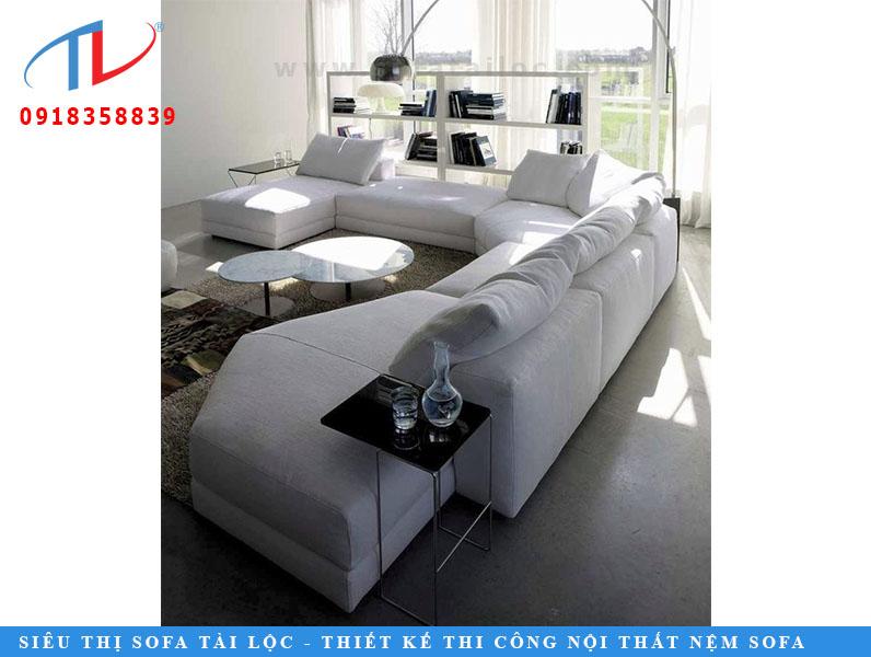ây có phải là chiếc ghế sofa màu trắng hình chữ U tuyệt vời này trông thật tinh tế với một chiếc ghế nằm không? Những chiếc đệm lớn làm cho nó trông thật thoải mái và xa hoa. Mẫu đồ nội thất sang trọng này sẽ làm tăng thêm sự tinh tế cho bất kỳ căn nhà nào mà đội ngũ chuyên gia thiết kế nội thất tại Futomic cho biết. Thiết kế nội thất sang trọng hàng đầu tại FDS có chuyên môn trong việc thiết kế những ngôi nhà xa hoa. Chúng tôi hiểu sự cần thiết của đồ nội thất phong cách để làm cho ngôi nhà thêm bình thường đẹp. Để biết thêm các thiết kế thú vị, hãy liên hệ FDS tại info@futomicdesigns.com hoặc gọi cho chúng tôi theo số 1800 102 3775 hoặc +91 999 999 3775.