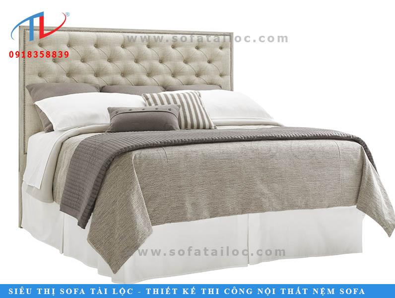 Nệm đầu giường chữ nhật sẽ thêm phần luxury hơn nếu được bấm lỗ và rút nút tinh tế. Đây là mẫu nệm đầu giường mang phong cách cổ điển đang được thịnh hành nhất hiện nay.