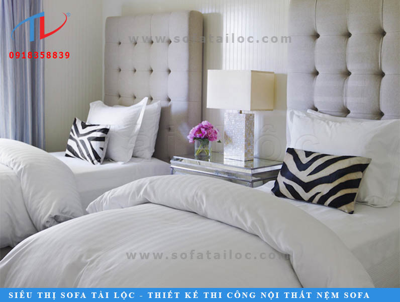 Nhiều lúc chẳng cần gì cầu kỳ, một mảng hình vuông cùng vài đường nút thẳng hàng, thế là cũng đủ để có một tấm đệm lót đầu giường êm ái.