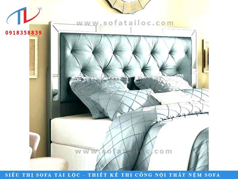 Những miếng đệm đầu giường chất lượng sẽ không thể nào thiếu các tông màu ngọt ngào và thuần khiến như xanh lam hay xanh ngọc. Vừa nhìn thôi là đã muốn nằm lên để cho mình giấc ngủ ngon lành.