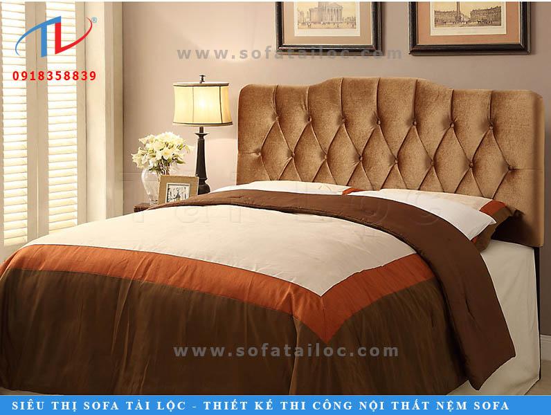 Nãy giờ toàn là các tông màu trung tính, sẽ là một thiếu sót rất lớn nếu không kể đến các mẫu đệm đầu giường đẹp có tông màu vàng hay nâu. Nó đặc biệt đem lại cảm giác sang trọng đầy ấm cúng. Phối thêm chất liệu vải nhung mịn không chỉ đem lại cảm giác mềm mại, êm ái mà còn có độ ánh lên cực đẹp nữa đấy nhé.