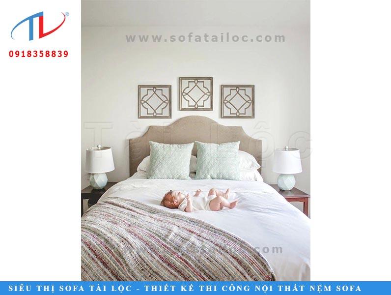 Tấm đệm ốp đầu giường trơn đơn giản sẽ được nhấn bằng phần đầu được uốn lượn tinh tế giúp không gian vừa thanh lịch, vừa quý tộc.