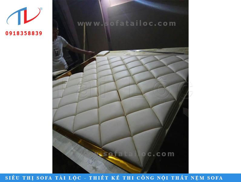 Thi công vách trang trí đầu giường tại xưởng sản xuất của công ty nội thất Tài Lộc.