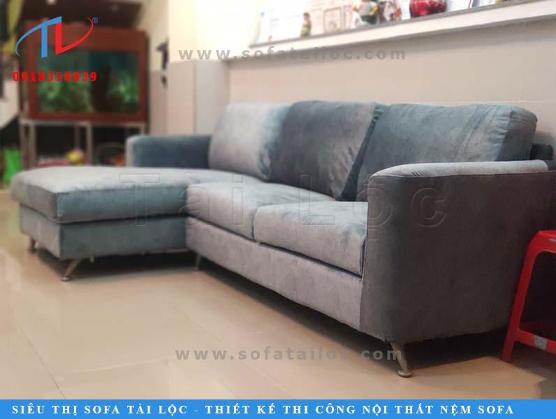 Với mẫu ghế sofa đơn giản như thế này, cộng với việc bộ ghế chỉ hư lớp áo ngoài, khách hàng hoàn toàn có thể lựa chọn dịch vụ bọc lại ghế sofa tại nhà để sửa chữa. Thế nhưng vì không có thời gian ở nhà để kiểm tra và không muốn mất vệ sinh nên chị Mai giao ghế cho Tài Lộc vận chuyển về xưởng để sửa chữa.
