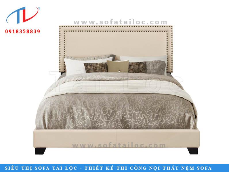 Mẫu giường ngủ bọc nệm với thiết kế nhẹ nhàng, đơn giản cùng miếng ốp chữ nhật được bo góc bằng các miếng đinh bấm tạo cảm giác thư thái.