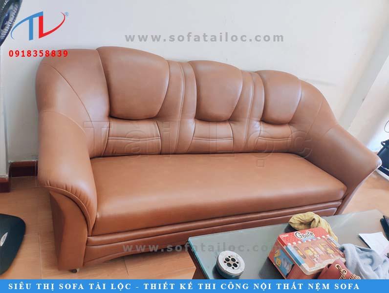 Bọc ghế sofa tại xưởng với đầy đủ máy móc và các vật dụng cần thiết sẽ khiến quá trình nhanh chóng và giúp sản phẩm hoàn thiện sắc nét đẹp hơn.