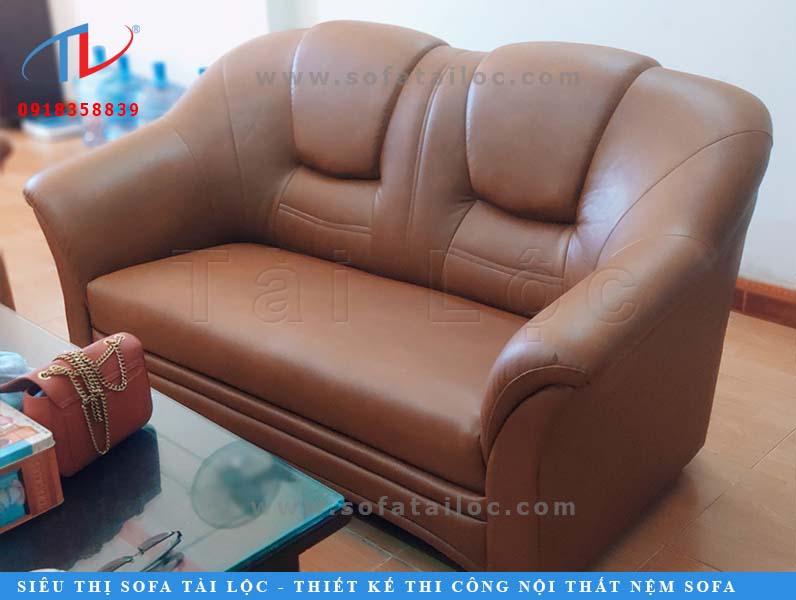 Anh Trường chọn bọc chất liệu giả da cho bộ ghế da phòng khách. Tông màu nâu phù hợp với màu sàn gỗ và giúp không gian thêm phần ấm cúng.