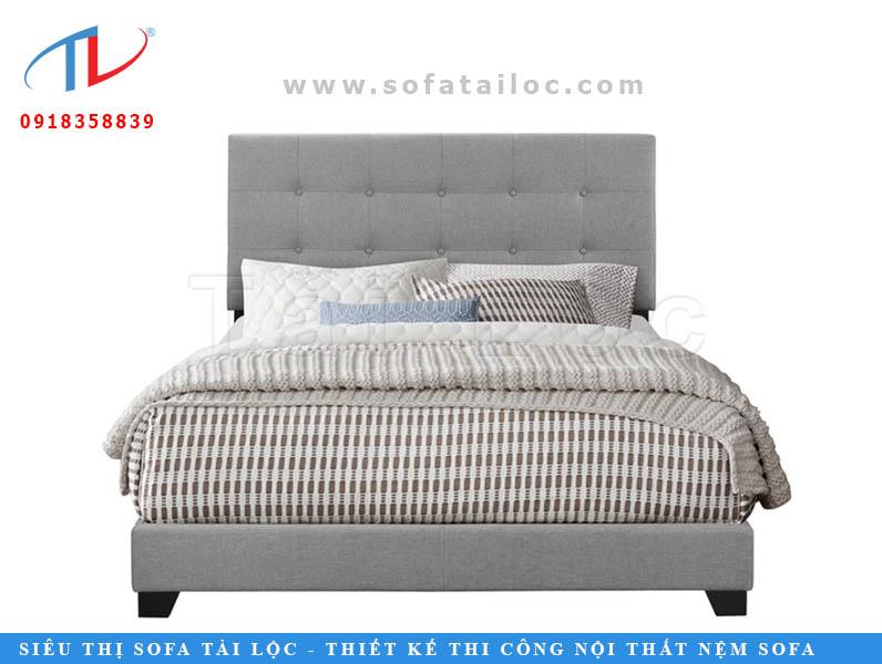 Với chiếc đầu giường bọc nệm màu xám có kích thước nhỏ đi kèm với hàng nút bấm nhẹ nhàng tạo cảm giác thanh lịch và đơn giản.