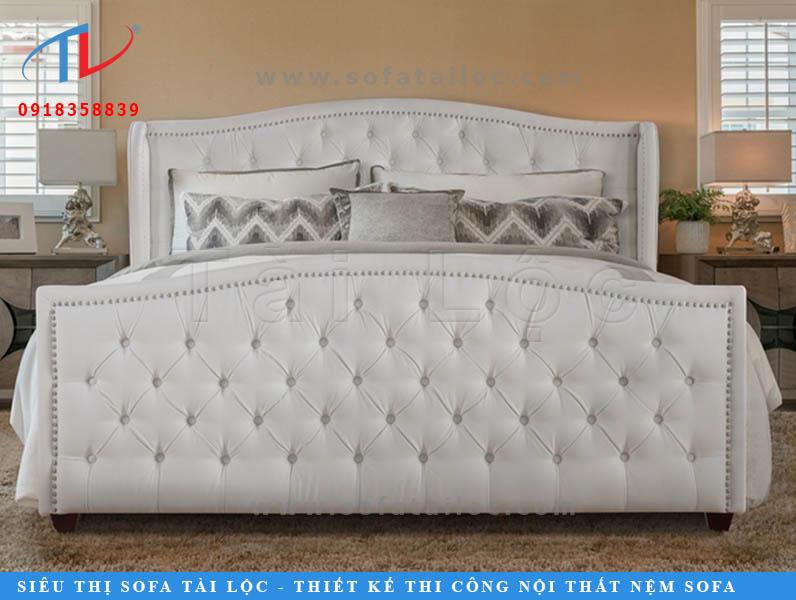 Chiếc giường ngủ bọc nệm đầu giường mang phong cách nữ hoàng luôn đủ sức mê hoặc các nàng. Phần nút được bấm tạo độ nhăn mang lại cảm giác tự nhiên cho mẫu giường nệm bọc da.