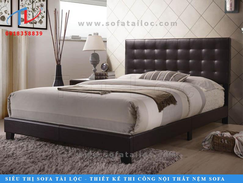 Giường nệm bọc da là các mẫu giường có nhiều ưu điểm. Thứ nhất là cực dễ lau chùi và vệ sinh, điều mà các mẫu giường nệm bọc vải khó có thể đáp ứng. Với những chiếc giường sử dụng da thật hoặc da cao cấp, khi sử dụng càng lâu sẽ càng tạo độ bóng cho da, mang đến cảm giác sang chảnh và đẳng cấp rất nhiều.