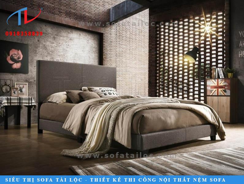 Một chiếc giường bọc nệm đẹp đôi khi chỉ bắt nguồn từ sự đơn giản trong các thiết kế với phần tựa đầu ngắn và mỏng, phối cùng gam màu nâu đặt trong không gian nội thất gam màu trầm ấm thì không còn gì bằng.