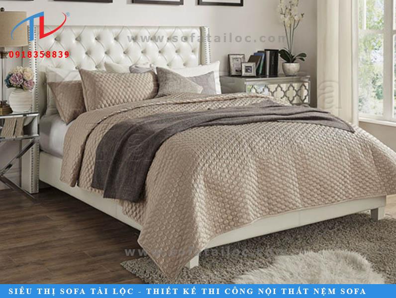 Giường bọc nệm giả da màu ánh bạc hay ánh ngà voi luôn được nhiều hộ gia đình đặc biệt quan tâm. Gam màu mang sự tươi mới, có độ lấp lánh tương tự với kim tuyến bật lên sự đẳng cấp cho không gian phòng ngủ.