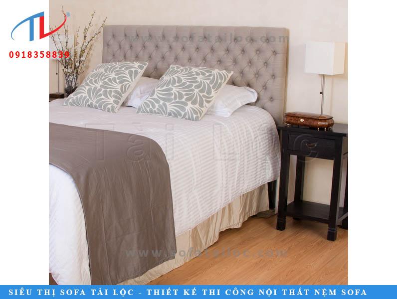 Những chiếc giường bọc nệm giá rẻ vẫn sẽ bật lên được nét thú vị của mình khi bạn phối hợp nó tinh tế cùng những món đồ nội thất đi kèm như gối ôm, khăn trang trí, tủ,...