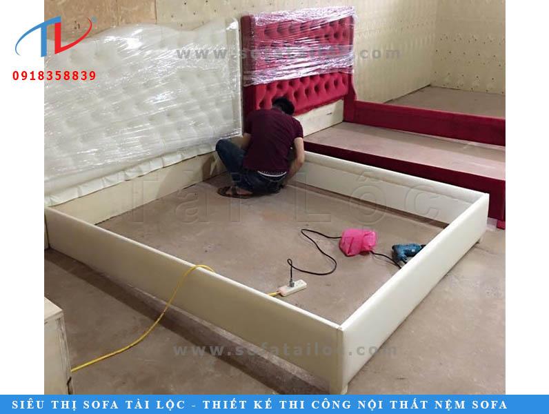 Muốn làm giường ngủ bọc nệm đầu giường đẹp, đòi hỏi tay nghề người thợ phải chuẩn, phải có óc thẩm mỹ. Sự tỉ mỉ trong công việc cũng là điều mà Tài Lộc yêu cầu rất cao để mang đến các sản phẩm chất lượng và đẹp nhất cho quý khách hàng của mình.