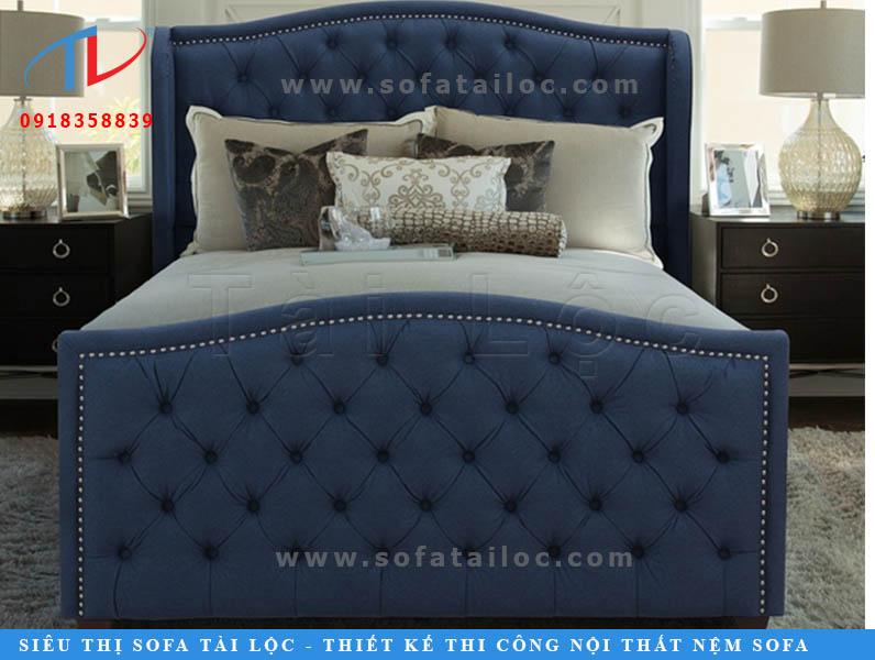 Mẫu giường bọc nệm màu xanh biển đậm mang nền móng màu sắc của biển cả, khơi gợi sự thanh mát và đầy sức sống.