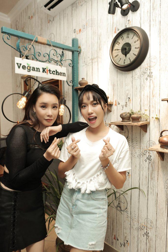 Diệu Nhi nói rằng mình sẽ đến ủng hộ nhà hàng Vegan Kitchen thường xuyên để được gặp chị Hồ Quỳnh Hương và cùng chị thưởng thức các món ăn ngon thanh đạm.