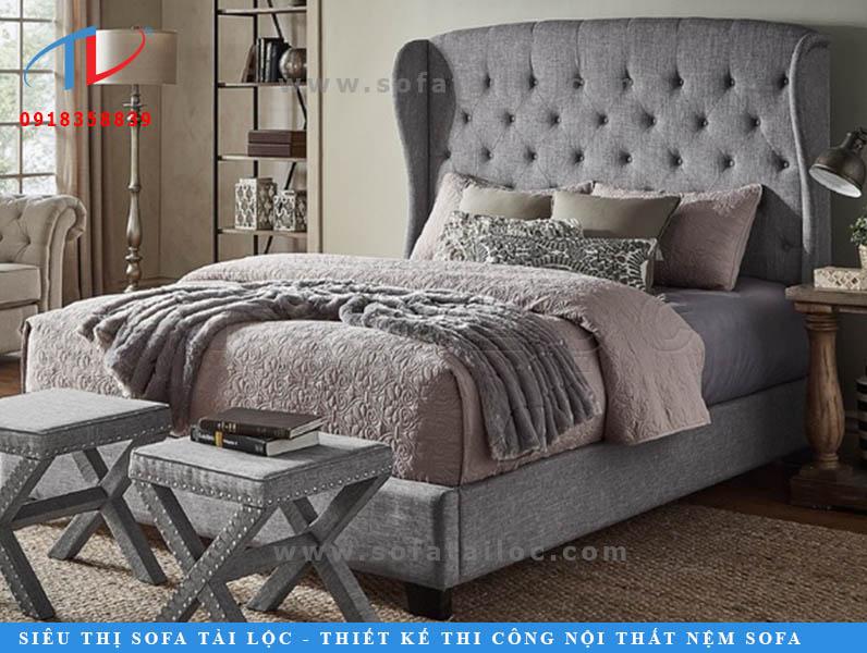Mẫu giường bọc nệm đẹp màu xám được thiết kế tối tân ở phần mép hai cạnh đầu giường với phần ván được uốn lượn tinh tế. Công đoạn rút nút tinh xảo cũng là một điểm đặc biệt của mẫu giường này.