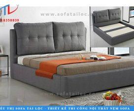 Miếng ốp đầu giường đẹp bọc vải được đặt làm riêng với độ dày lớn tạo một chỗ dựa êm ái không thua gì bộ ghế sofa.