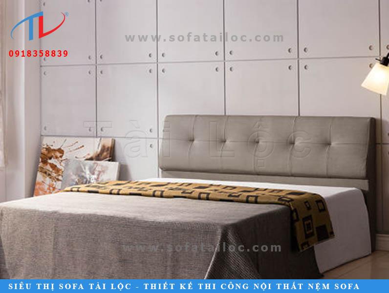 Miếng ốp đầu giường đẹp giả da với gam màu xám ngà được thiết kế với phần tựa ngắn. Với hàng nút bấm giản đơn thẳng hàng càng tăng thêm nét đẹp cho chiếc giường.
