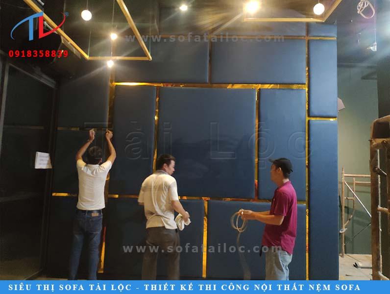 Đội ngũ nhân viên của Tài Lộc vẫn ra sức làm, canh đo và tỉ mỉ trong từng chi tiết để mang đến các sản phẩm tốt nhất. Sau khi hoàn thành sẽ phải lau bóng và kiểm tra cẩn thận miếng ốp trước khi giao tới khách hàng của mình.