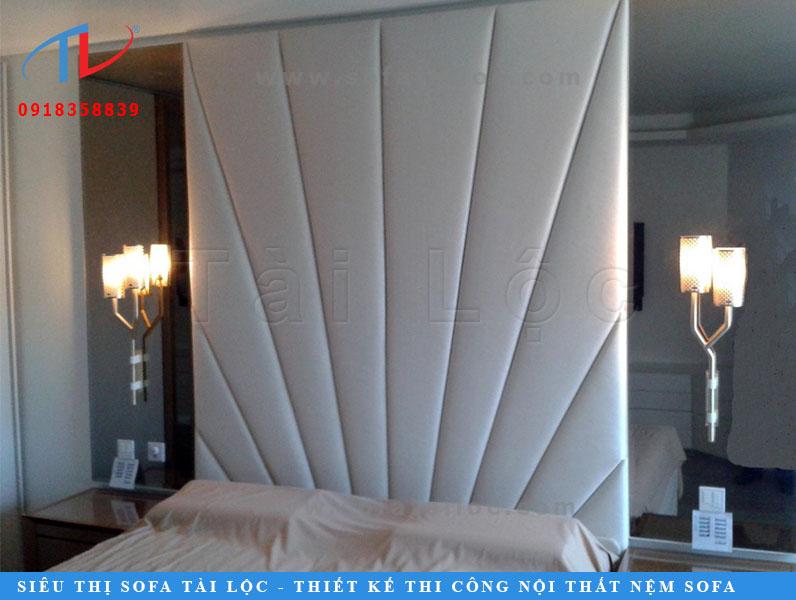 Tấm ốp tường phòng ngủ đẹp cho giấc ngủ trọn vẹn với thiết kế tinh xảo lấy ý tưởng từ những tia nắng mặt trời rực rỡ với tông màu trắng sang trọng. Có thể sử dụng màu vàng để tăng thêm sự ấm áp cho không gian.