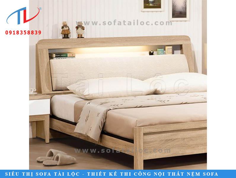 Tấm nệm ốp đầu giường đẹp bọc vải màu trắng phối với không gian trắng cùng chiếc giường gỗ màu sáng đem lại không gian sáng rộng và thoáng đãng hơn với nét đẹp tinh khôi.