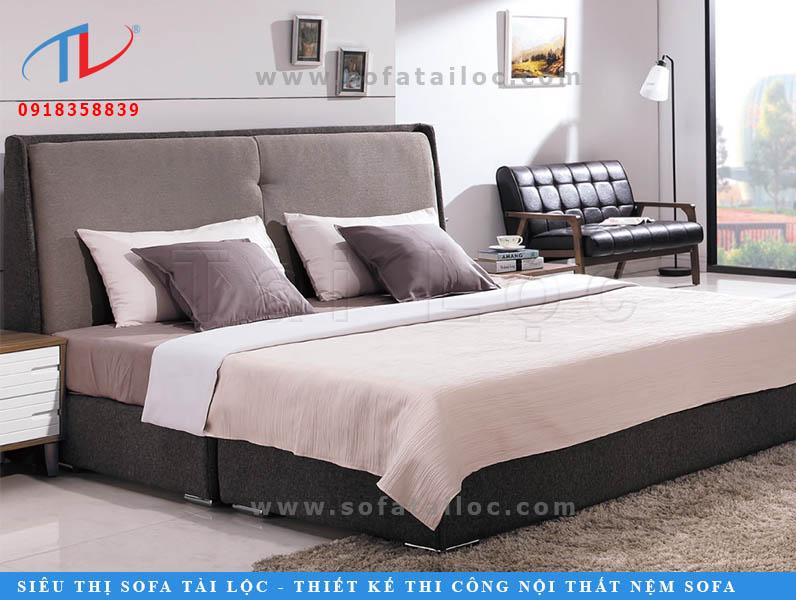 Tấm ốp vải đầu giường đẹp với gam màu xám và phần nệm mỏng đem lại vẻ đẹp thanh lịch. Chú trọng vào việc phối cùng những chiếc gối ôm trang trí cùng màu, chiếc thảm tông màu xám nhạt sẽ là cách khiến phòng ốc thêm xanh.