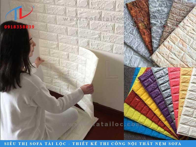 Trang trí đầu giường bằng giấy dán tường. Các mẫu giấy dán tường 3D giả gạch đang là lựa chọn mới của rất nhiều khách hàng bởi có nhiều mẫu mã lạ mang cảm giác sang trọng.