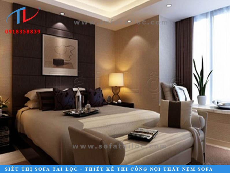 Trang trí tường đầu giường bằng nệm ốp tường bọc vải màu nâu