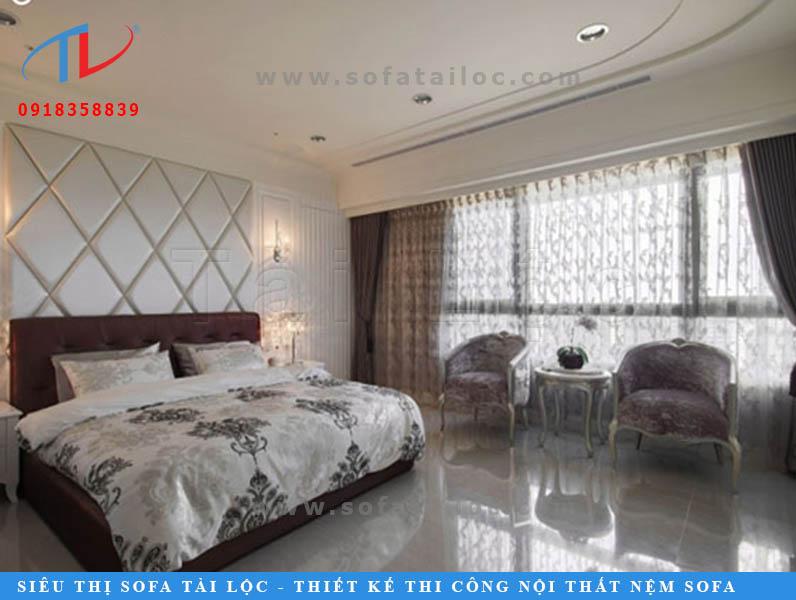 Trang trí tường đầu giường ngủ bằng vách bọc nệm mẫu hình thoi là kiểu trang trí khá độc đáo. Sử dụng kính thủy hay nẹp đồng trang trí các đường kẻ sọc sẽ khiến bức tường càng thêm bắt mắt.