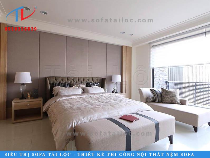 Trang trí tường đầu giường ngủ bằng vách ốp đầu giường bọc vải màu xám đem lại vẻ đẹp hiện đại và thanh lịch cho không gian. Màu xám cũng dễ dàng phối được với nhiều không gian nội thất đương đại.